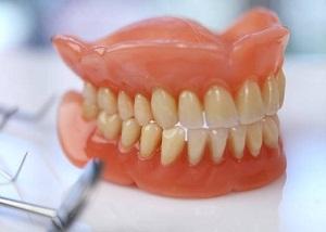 как ухаживать за зубными протезами из пластмассы