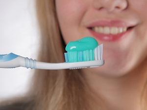 шатаются передние зубы что делать